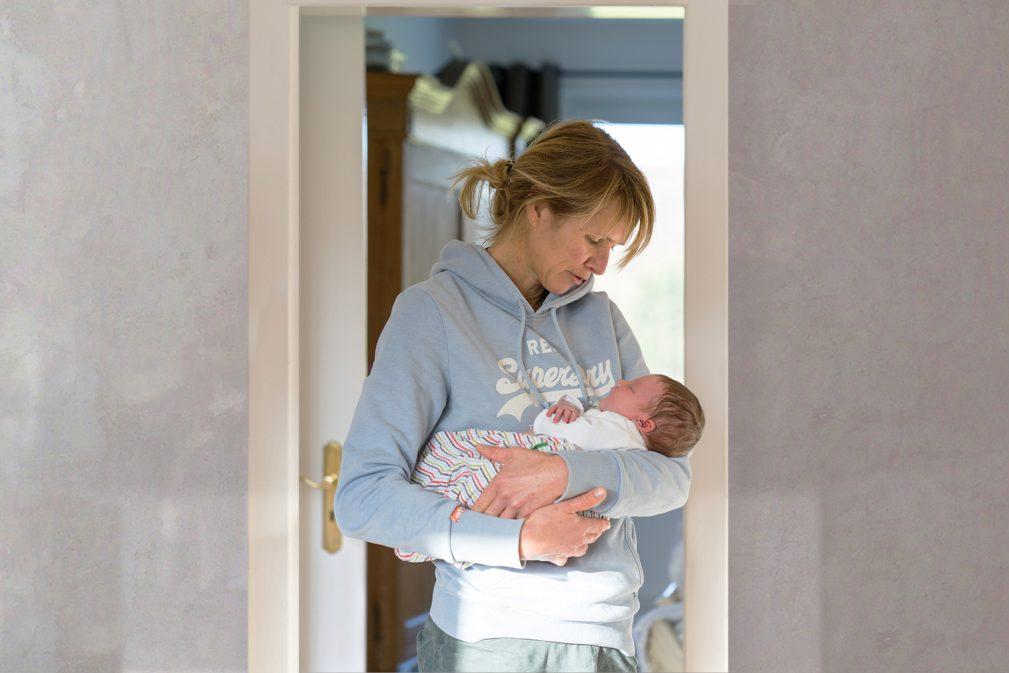 Hebamme Karin Lükewille mit Baby
